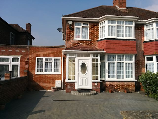 Firs Drive: Close to Heathrow and public transport - Hounslow - Haus