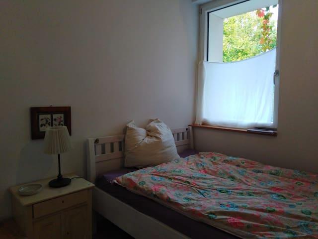 kleines, hübsches Zimmer in schöner heller Whg
