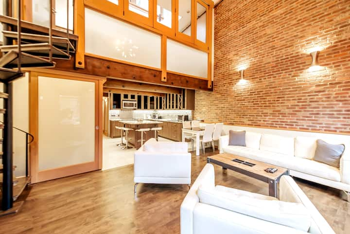Large & Bright Gastown Luxury Loft w/20ft ceilings