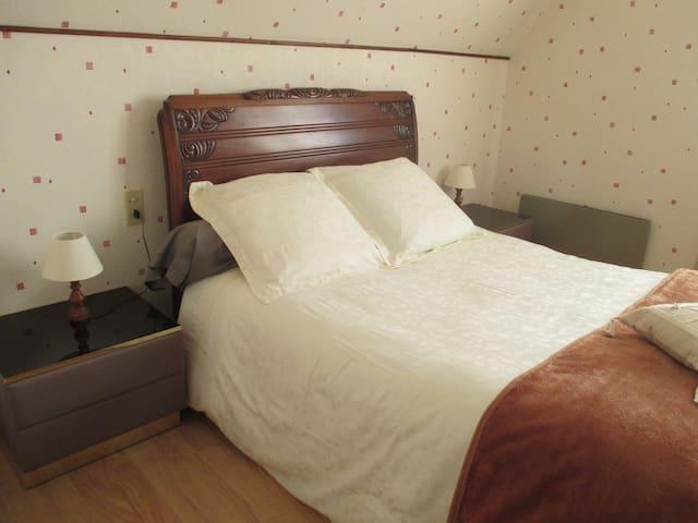Très belle chambre double, avec vue sur le Lac - Castelnau-de-Mandailles - Huis