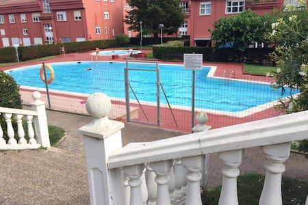 Piso cerca del mar en urbanización con piscina - Santa Cruz de Bezana - Lejlighed