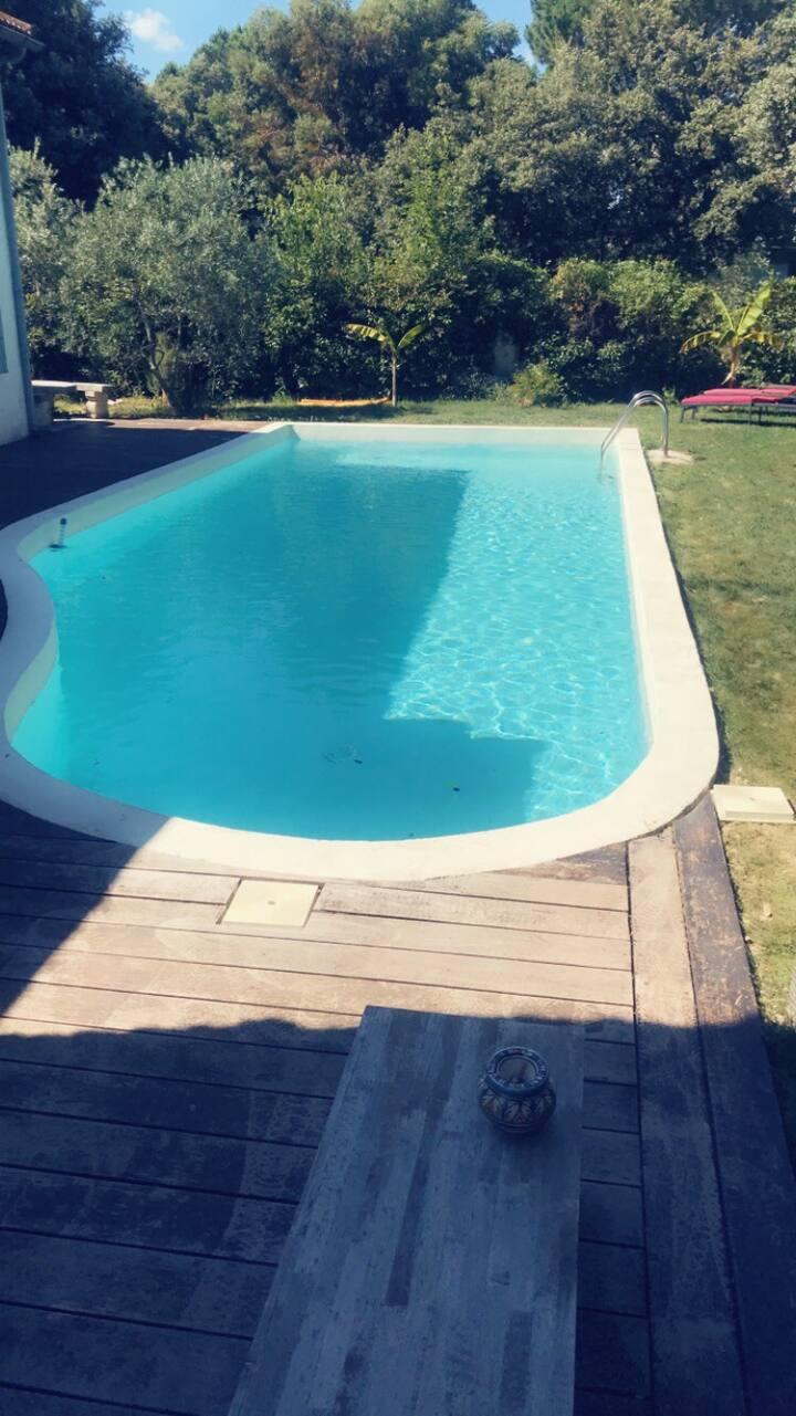 Chambre salle bain privée et salon, accès piscine