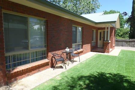 Wagga Holiday Apartments - Apartment 2 - Turvey Park