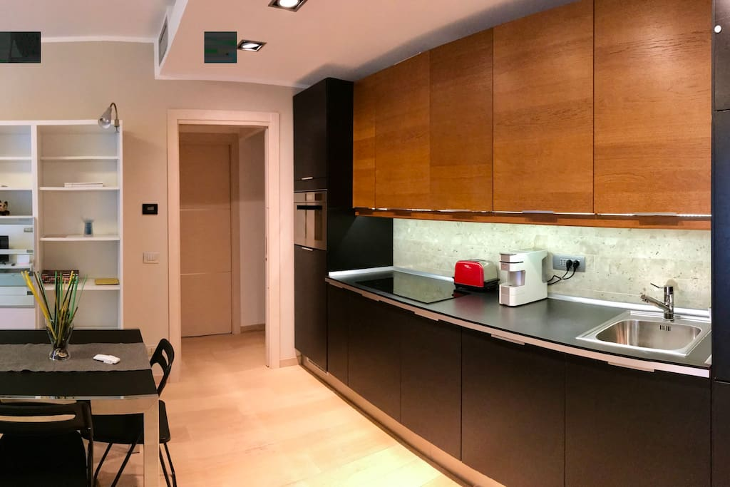 Non un semplice angolo cottura, ma una cucina completa di ogni elettrodomestico