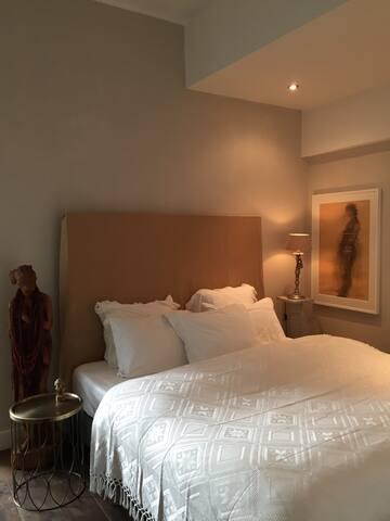 Kingsize bed 1.80 x 2.00.