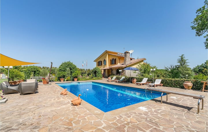 Nice home in Bassano in Teverina with Outdoor swimming pool, Outdoor swimming pool and 4 Bedrooms