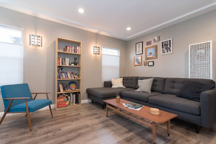 Chic house with deck and parking in Glassell Park - ลอสแอนเจลิส - บ้าน
