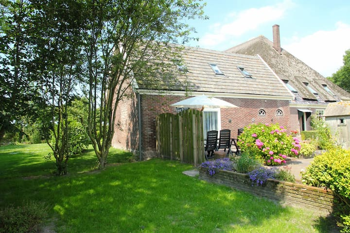 Picturesque holiday home with swimming pool, in the polders of North-Holland