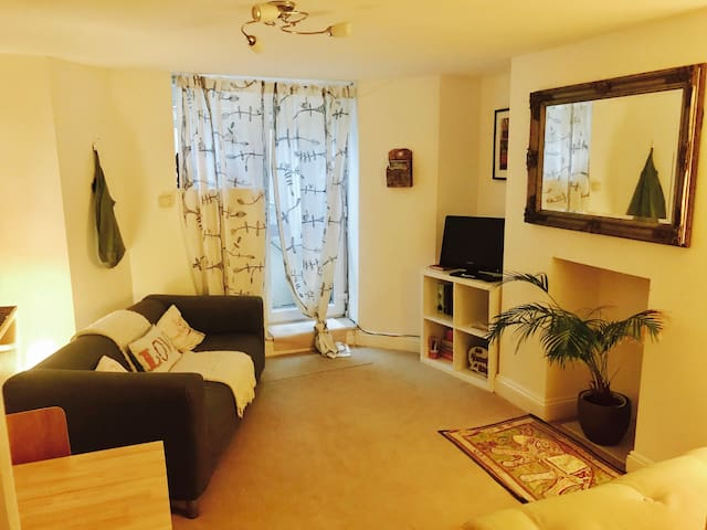 Central Bath, one bedroom apartment sleeps 3/4
