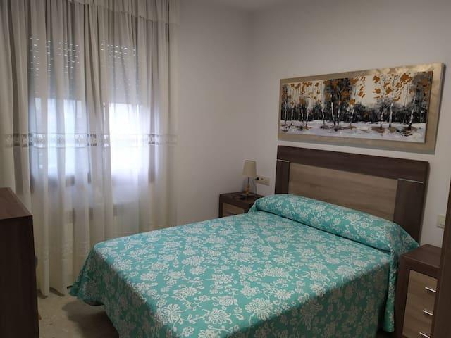 Habitacion con cama de 1'35,armario y cómoda.