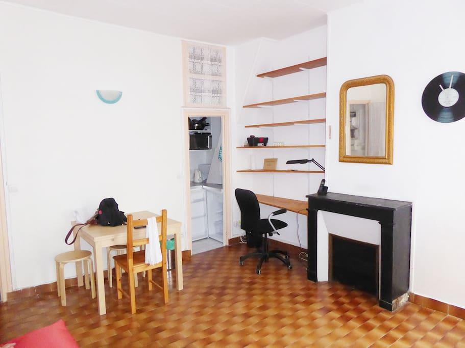 Salle principale avec la cuisine au fond.