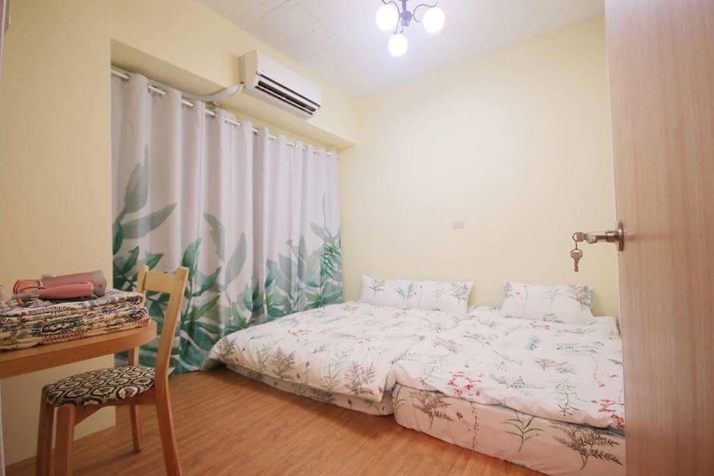 一張雙人床加一張單人床,一個家庭也能舒適睡眠唷!