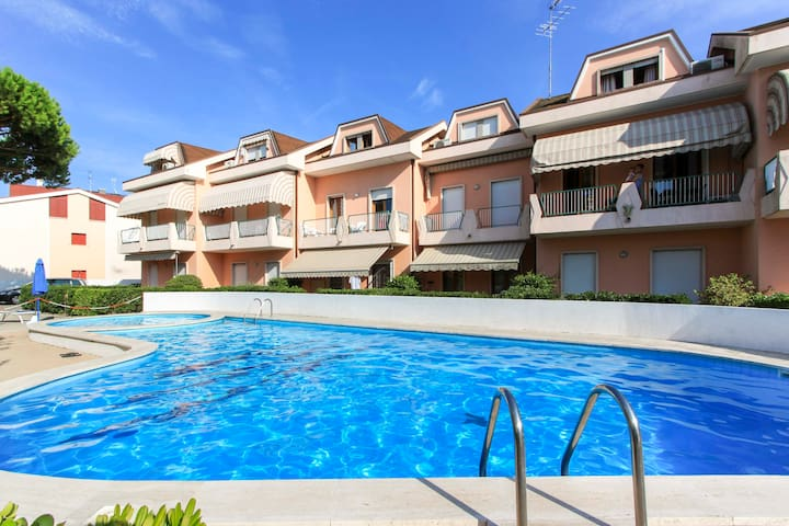 Pool, private beach and a cosy garden - Lido di Jesolo - Daire