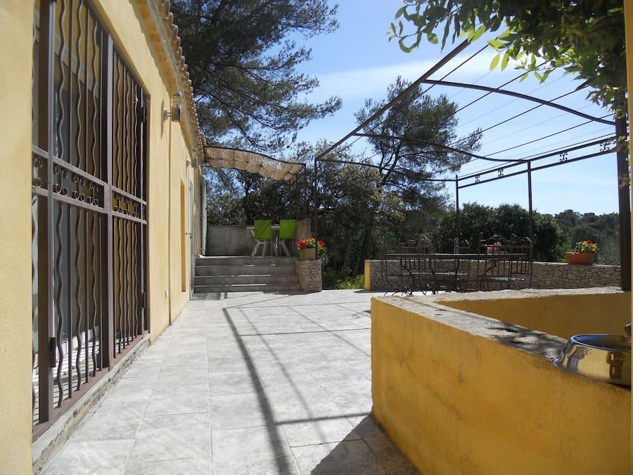 terrasse plein sud de 50 m² vue garrigue avec pergola