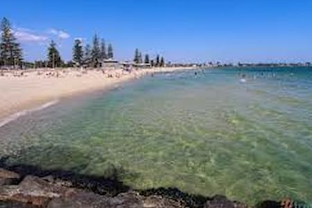 Beach location, gorgeous 2 Bedroom apartment - Elwood