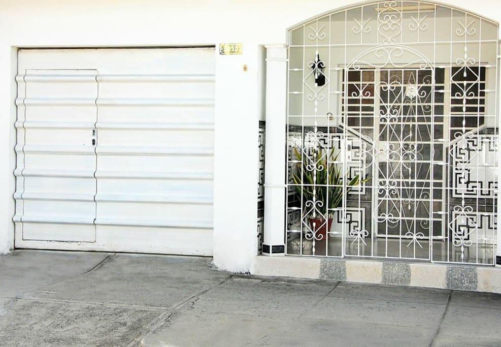 garaje y portal-entrada de la casa