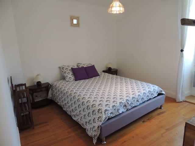 La chambre avec lit queen size