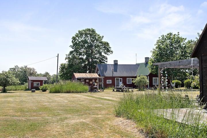 Fridfullt lantligt sommarställe, 2 hus för 11 pers