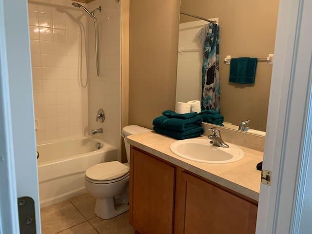 *SUPER CLEAN!* Spacious! Private bath/AMENITIES!++