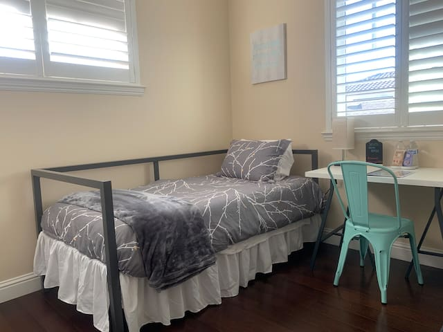Private Bedroom E with Bath- near Burlingame & SFO