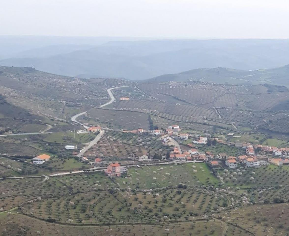 Vista da pequena aldeia de Castelo Melhor a 2km. do centro do Paleolitico