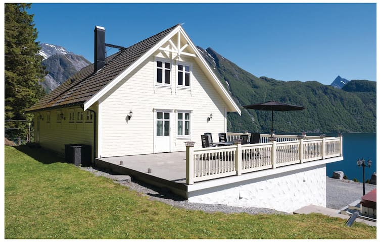 Holiday cottage with 4 bedrooms on 200 m² in Sæbø