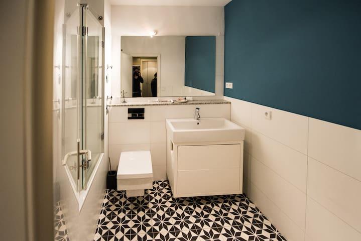 Renovierte Wohnung Mid Century Möbel Eppendorf UKE - Apartments ... | {Möbel bad 96}