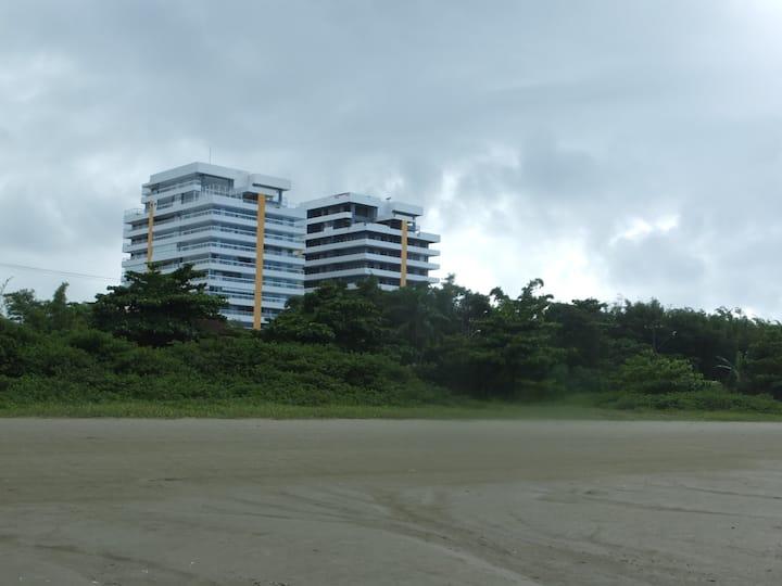 Apartamento pé na areia no Indaia Home Club