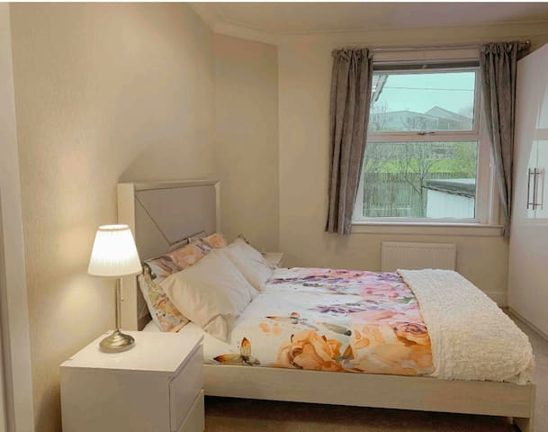 Perfect Family Rooms with private entry, Glasgow
