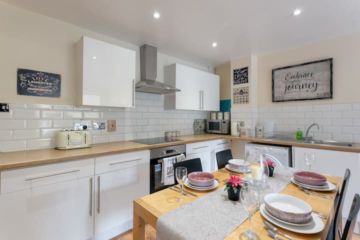 Stylish & Homely 4-Bed Home in East London