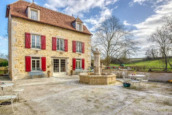 Volledig gerenoveerd huis met jacuzzi dichtbij het bos 'Forêt de Tronçais'.