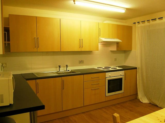 Room with 5 mins walk from CMK shopping, Xscape - Heelands - Haus
