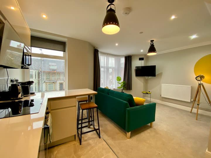 Modern 1 Bed Apartment Near Parks & Centre