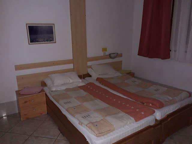 Háromágyas szoba saját fürdőszobával