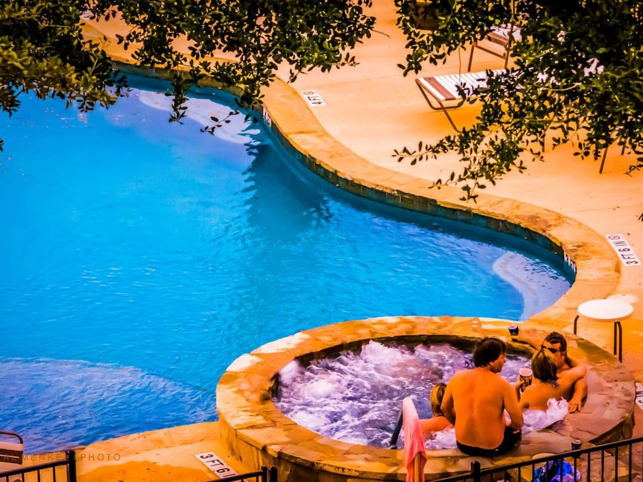 ON THE COMAL RIVER WITH POOL AND HOT TUB