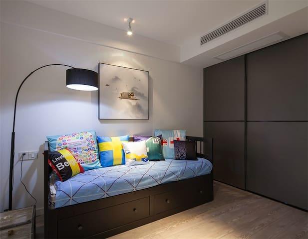 ห้องพักปรับอากาศทุกห้องมีเตาอบ ไมโครเวฟ เครื่องชงกาแฟ ตลอดจนตู้เย็นและกาต้มน้ำ บางห้องมีพื้นที่นั่งเล่นพร้อมโทรทัศน์