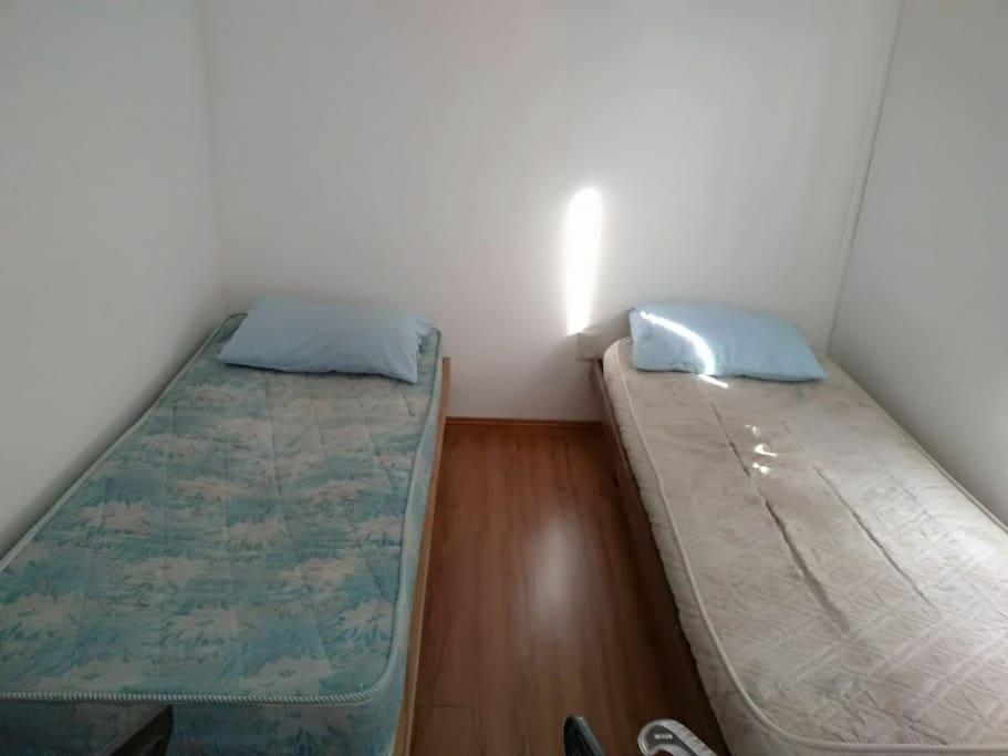 2 camas con posibilidad a 1 colchón mas