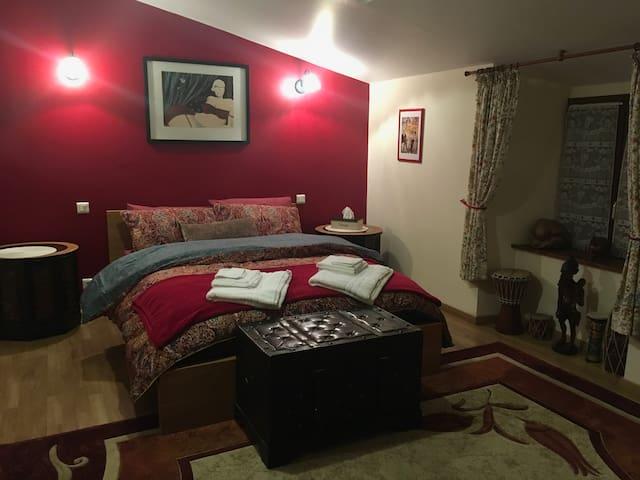 La Maison d'Olives (Red Room)