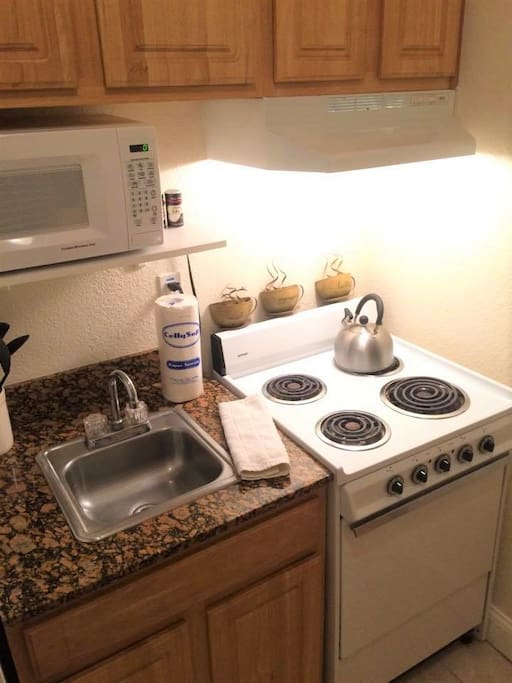 The cute, efficient and fully equipped kitchen