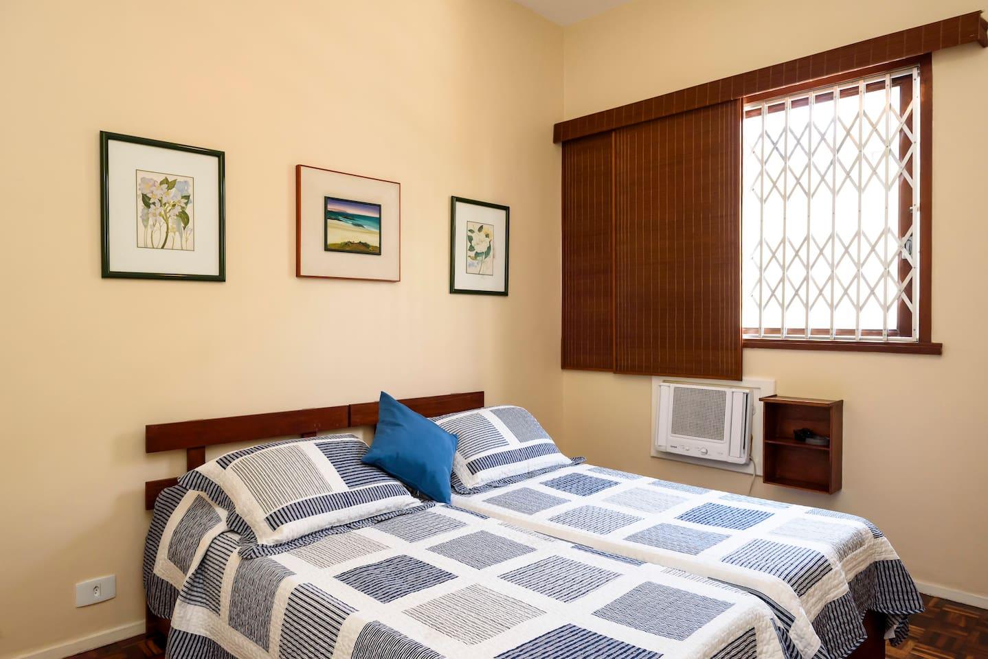 Quarto A: 2 camas de solteiro que foram unidas. Tem 1 bicama também embaixo. (3 camas no total)