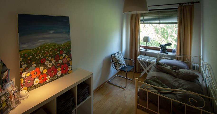 Kleines Gartenzimmer mit Blick in den Garten.