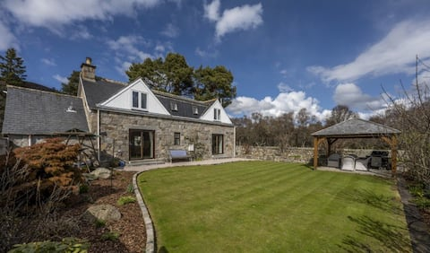 Traditional cottage in the heart of Royal Deeside