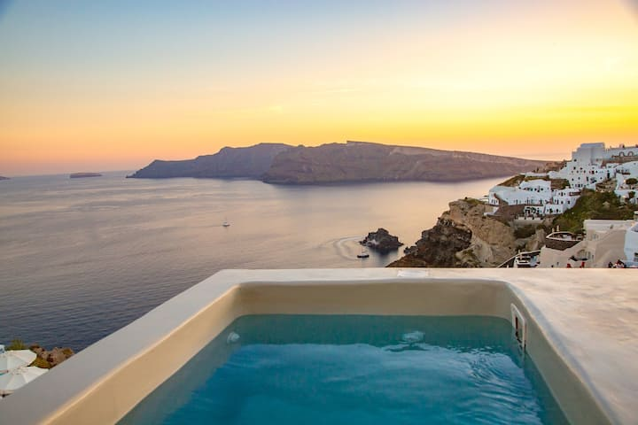 Blue Sky Suite with jacuzzi and caldera view