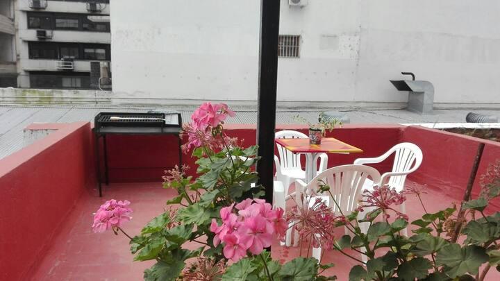 Amplia casa PH con terraza. Excelente ubicación