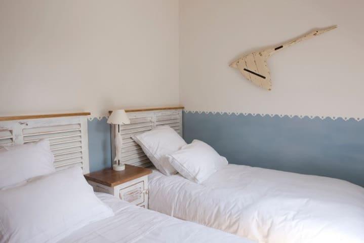 Chambre 2 lits pouvant devenir un lit 180