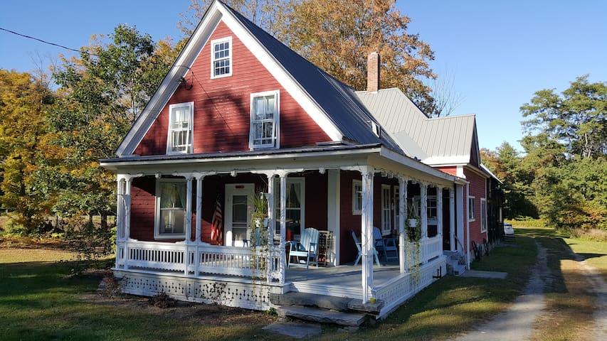 Charming 4BR Riverfront Farmhouse - Cavendish - Rumah