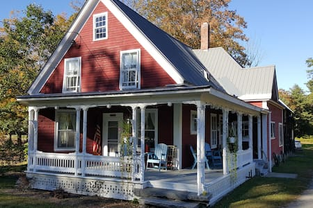 Charming 4BR Riverfront Farmhouse - Cavendish - Haus