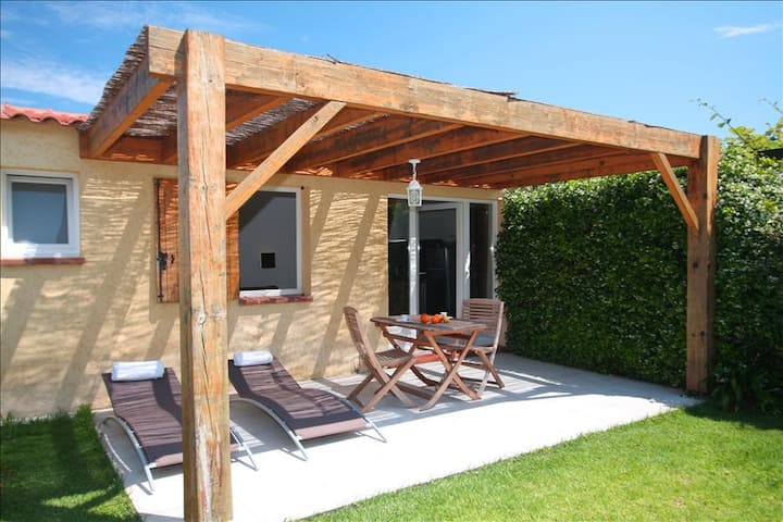"""Minivilla studio """"amaryliis"""" private garden with barbecue and swimming pool 5 minutes from the beach"""