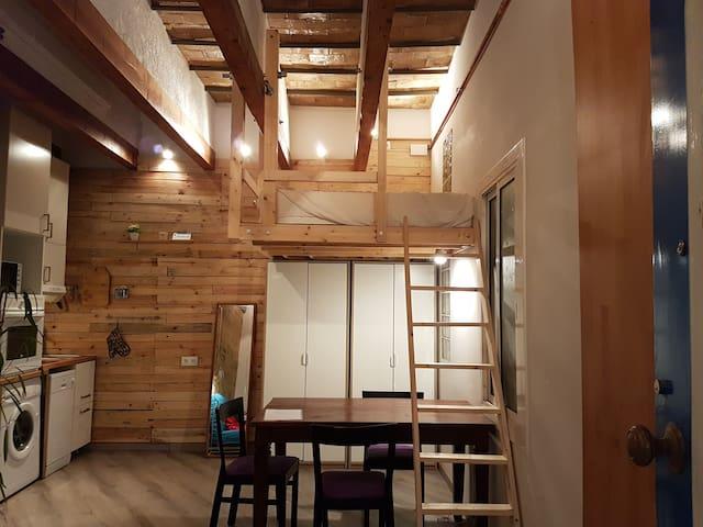 1920's cozy studio loft by metro & CampNou - L'Hospitalet de Llobregat - Daire