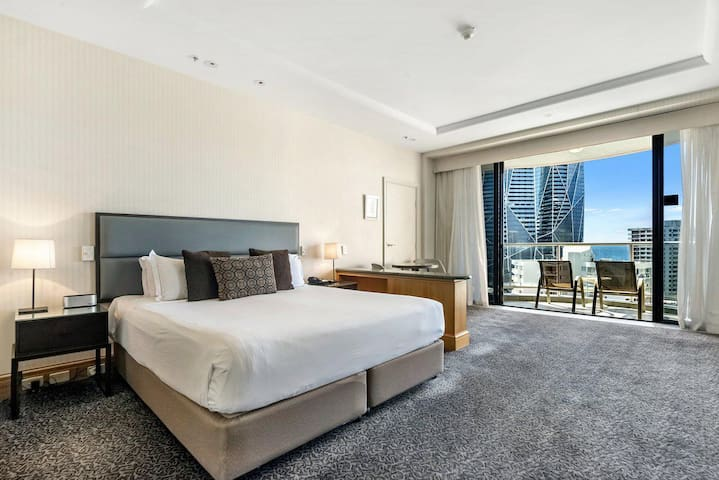 Gold Tower in Surfers Paradise - 1020
